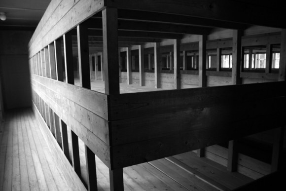 os últimos anos de Dachau os prisioneiros eram amontoados em camas coletivas.