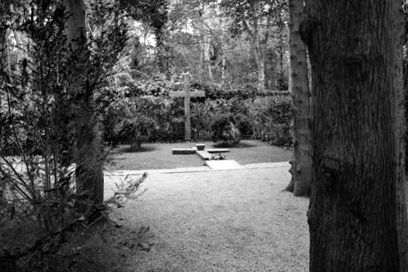 A sepultura de milhares de corpos ocorreu nesse bosque, onde há vários memoriais, inclusive um paredão de fuzilamento original...