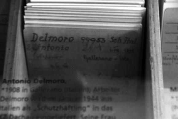 Uma ficha original de registro de um prisioneiro em Dachau.