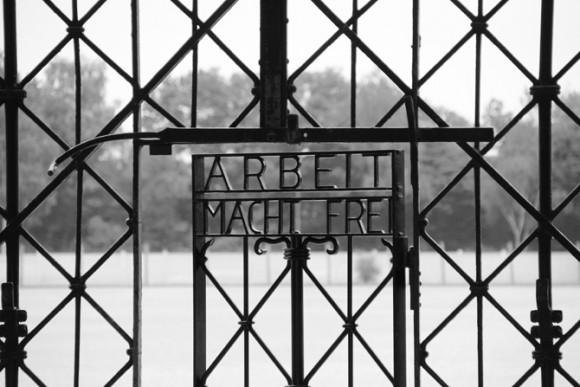 Arbeit Macht Frei - uma desculpa para a sociedade? A primeira visão dos prisioneiros era um portão desses, o qual muitos não atravessariam novamente.